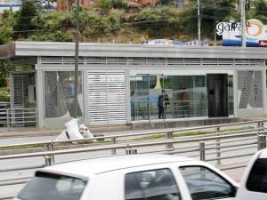 Una puerta en la Estación Molinos de Metrolínea está dañada desde hace varios meses. (FOTO Mauricio Betancourt)