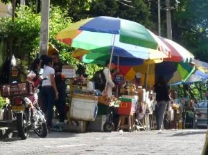 La comunidad hace un llamado para el control de vendedores ambulantes en la zona de la clínicas en El Bosque. (FOTO Nelson Díaz)