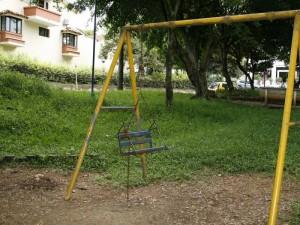 Los juegos de niños también están destruidos.
