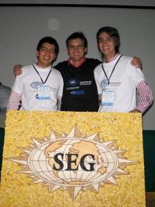 Carlos y Andrés junto a Jaime Checa, representante para latinoamérica de la SEG. (FOTO Suministrada)