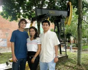 Los ganadores junto a Silvana Morantes, presidente del capítulo estudiantil SEG UIS.