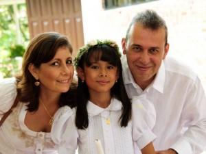 Nathalia junto a sus padres Adriana Santamaría y Carlos Otero. (FOTO Suministrada)