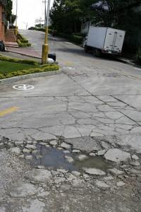 Huecos, placas quebradas y desniveles pueden verse alrededor de estos conjuntos por lo que la comunidad reclama atención.