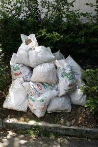 Bolsas con basuras o con escombros se ven acumulados en algunos lugares del sector.