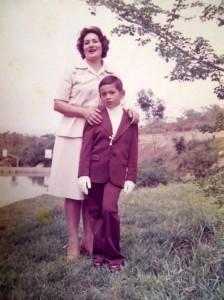 El día de la primera comunión de Carlos junto a su madre Galdys de González Blanco. Al fondo se puede apreciar parte del lago.