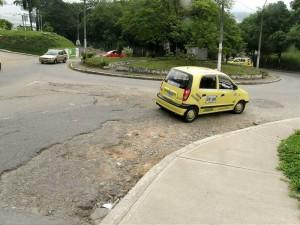 Al ir tan lento, son pocos los carros que pueden pasar el semáforo