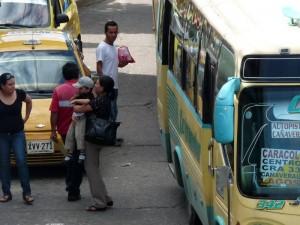 Los pasajeros de bus se ven obligados a subirse y bajarse de estos en medio de la vía.