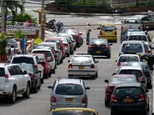 Los carros se parquean a lado y lado de las vías lo que genera una mayor congestión.
