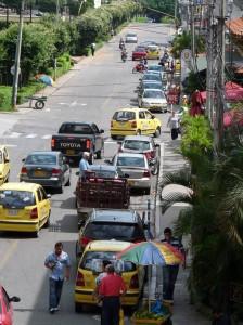 Algunos conductores insisten en estacionarse en sitios prohibidos generando congestión. (FOTOS Nelson Díaz)