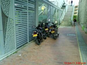 El residente denuncia que se pueden ver motos parqueadas en el lugar a cualquier hora. (FOTOS Suministradas)