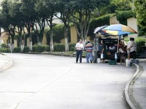 El vecino denuncia que un camión de mercado anuncia sus productos por parlantes. (FOTO Mauricio Betancourt)