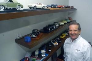 En su oficina don Alberto Alarcón French tiene una colección de carros que le dan vistosidad y representan su actual oficio.