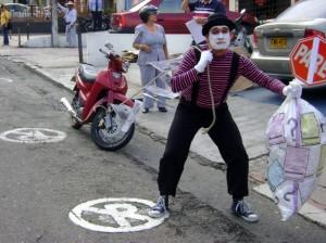 Erradicar la mala costumbre de parquear en zonas prohibidas y así evitar la congestión en el sector son los objetivos de la campaña. (FOTOS Suministradas).