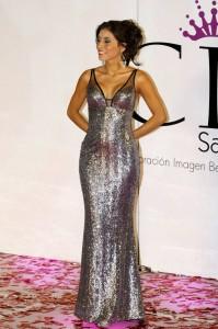 El vestido de coronación que desfilaron las candidatas fue diseño de Adriana Liévano.