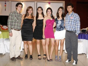 Sergio Lesmes, Viviana Lizarazo, Estefani Lizarazo, la homenajeada, Camila Rey y Cristian Carreño. (FOTO Mauricio Betancourt)