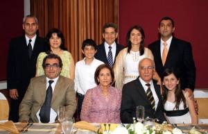 La pareja junto a sus familiares en la celebración. (FOTO Nelson Díaz)