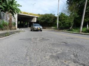 Debajo del puente vehicular de Cañaveral, la vía que da hacia la autopista también está deteriorada.