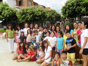 Los pequeños junto a la administradora del conjunto, Yolanda Quintero Barrera. (FOTO Suministrada)