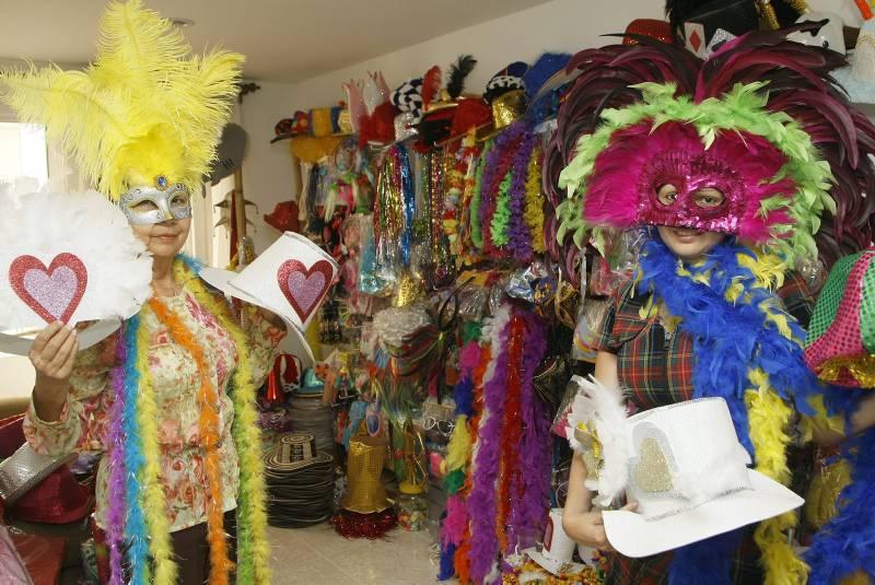 En las fiestas de matrimonio está de moda todo lo extravagante. Otra fiesta  es la de sombreros. fdb9bbe35f6