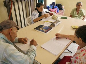 Canita Felices recibe a 40 ancianos que vienen de diferentes asentamientos de Floridablanca. (FOTO Mauricio Betancourt)