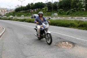 Frente a Lechesan hay dos huecos que representan un peligro para los conductores.