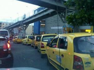 Nuestro seguidor de twitter se preocupa por el mal estacionamiento de taxis en Carrafour de El Bosque que produce congestión en la paralela. (FOTO Suministrada)