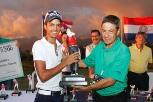 Álvaro José Arizabaleta recibe su trofeo de manos del Fernando Gómez, presidente de la asociación deportiva del Club Campestre de Bucaramanga. (FOTOS Suministradas)