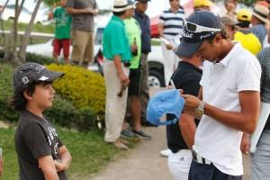 Al final del torneo algunos niños se acercaron a pedirle autógrafos.