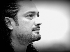 Leonardo Ramón hace las veces de cajonero, pero es el compositor y el que maneja todo el concepto de la banda.