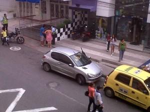 Mientras la Polcía hace el comparendo a un conductor, los demás conductores se van de lugar y dejan despejada la calle. (FOTOS Suministradas Periodista del barrio)