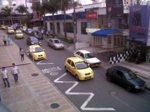 Una vez los Policías se retiran del lugar, los conductores vuelven a parquear sobre esta.