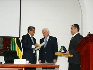 La condecoración fue entregada por la Asamblea Departamental.
