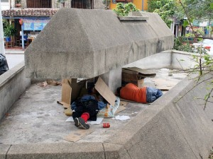 La fuente se ha convertido en un sitio que acumula basuras, así como un hogar para los indigentes. (FOTO Mauricio Betancourt)