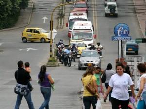 Peatones y vehículos ven difícil su movilización en Cañaveral. (FOTO Mauricio Betancourt)