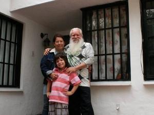 El Maestro junto a su esposa, Iliana Castellanos, y su hijo Alejandro Magno.