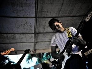 Felipe Pacheco es el más joven del grupo y se encarga de la guitarra y de percusión.