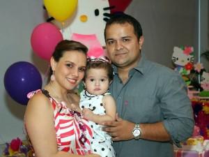 Valentina junto a sus padres Katerine Valdivieso y Pedro González. (FOTO Nelson Díaz)