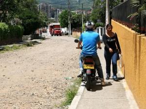 Las motos se ven obligadas a transitar por el andén y los peatones se exponen a peligros.