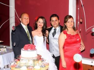 La quinceañera en compañía de su familia: Hernando Tavera, Marwin Hernando Tavera y Elizabeth Vera. (FOTO Mauricio Betancourt)