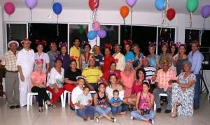 La señora Ana Silvia en compañía de sus familiares y amigos. (FOTO Mauricio Betancourt)