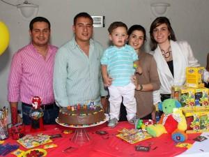Cristian Vásquez, Diego Vásquez, Silvia Callejas y Ximena Vega junto al pequeño Matías. (FOTO Nelson Díaz)