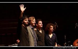 Sebastian Schunke – piano (Alemania), Dan Freeman – Saxo (Alemania/Australia), Marcel Kroemker – Bajo (Alemania) y Diego Pinera – Batería (Alemania/Uruguay).