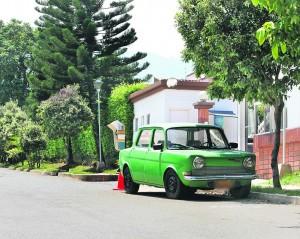 Los residentes señalan que hace varios meses este carro se encuentra en la zona. (FOTO Mauricio Betancourt)