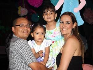 Frank Gómez y Ana María Rojas junto a las homenajeadas. (FOTO Nelson Díaz)