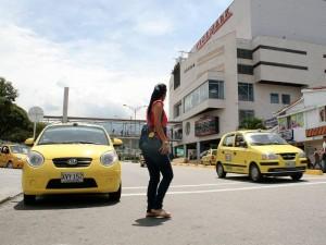 Algunos vehículos se estacionan justo sobre la cebra lo que impide el tránsito de los peatones. (FOTOS Mauricio Betancourt)