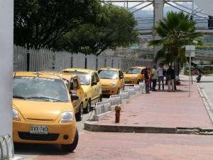 El vecino hace un llamado a los taxistas para que hagan buen uso de esta bahía. (FOTOS Mauricio Betancourt)