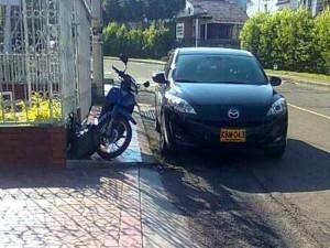 Entre la moto y el carro obstaculizaron el andén y al peatón no le queda más remedio que utilizar la vía. (FOTOS Suministradas)