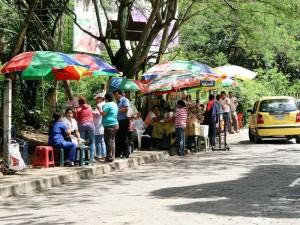 Los vendedores de El Bosque, sin embargo, continúan metros adelante de donde están las vallas.