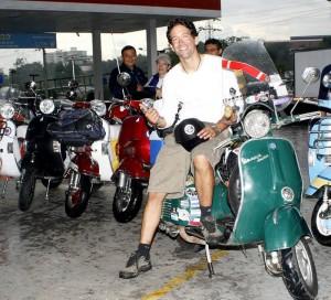 Ilario en moto con la que hasta ese momento había recorrido 73 mil kilómetros.