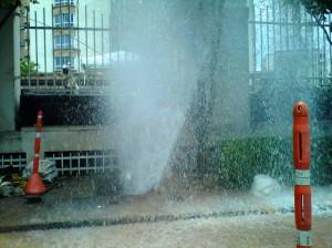 A esta hora el líquido sigue saliendo aunque en menor magnitud. (FOTO Suministrada)